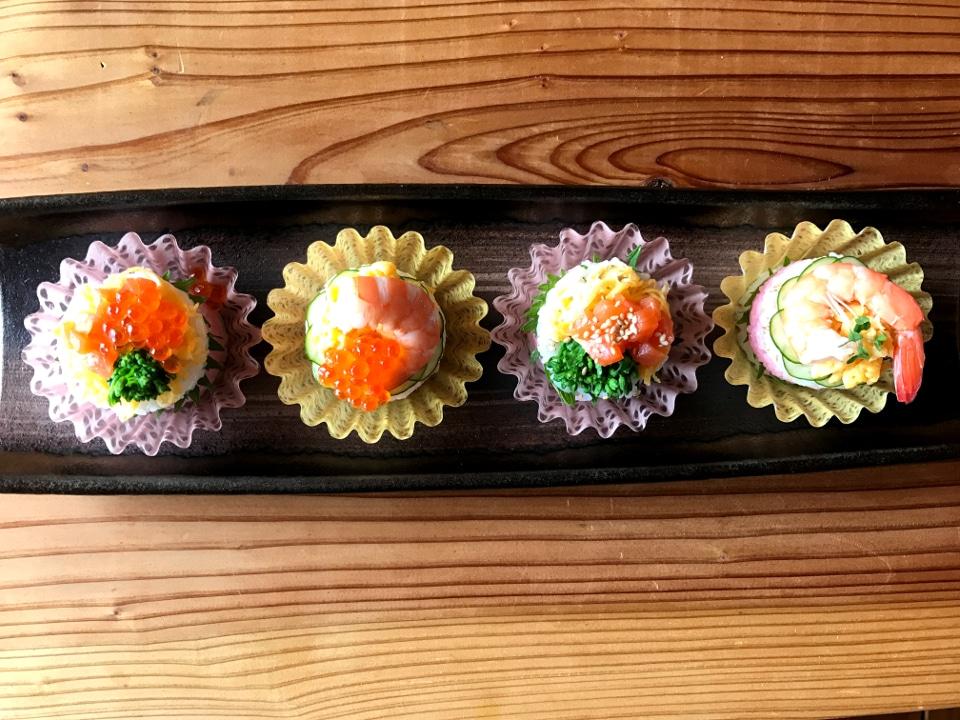 ケーキみたいにかわいい盛り付け、カップ寿司